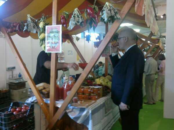 Predsjednik RH degustira friško iscijeđenu rajčicu